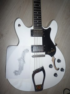 Boucher les f-Holes d'une guitare